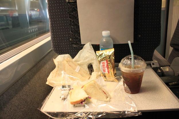昼ごはんは車内でサンドイッチです