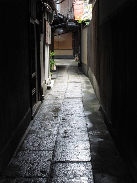 雨上がりの路地