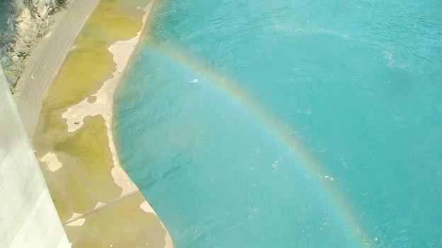 水路に虹がかかる