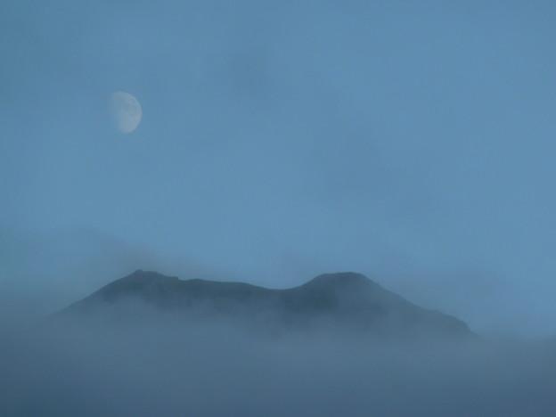 雨の日の夕暮れの知床連山2