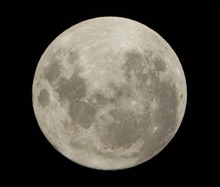 19年ぶり、地球に最接近の月