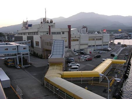 佐渡汽船両津港ターミナルをフェリーから見る