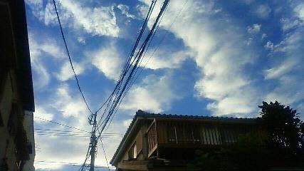 夏の雲と木造民家(夕暮れ)