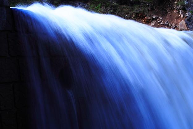 ダムの流水