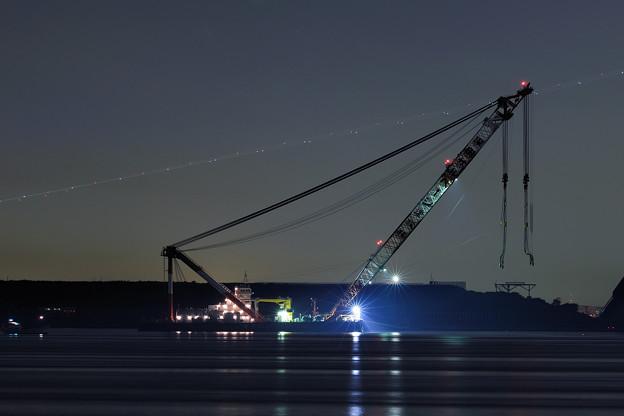 夜の大型クレーン船