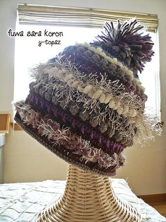 シックなカラーのふさふさニット帽 1