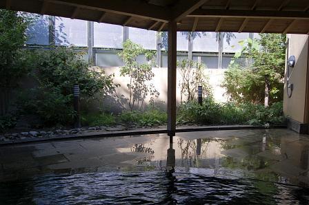 木々を眺めながらの入浴