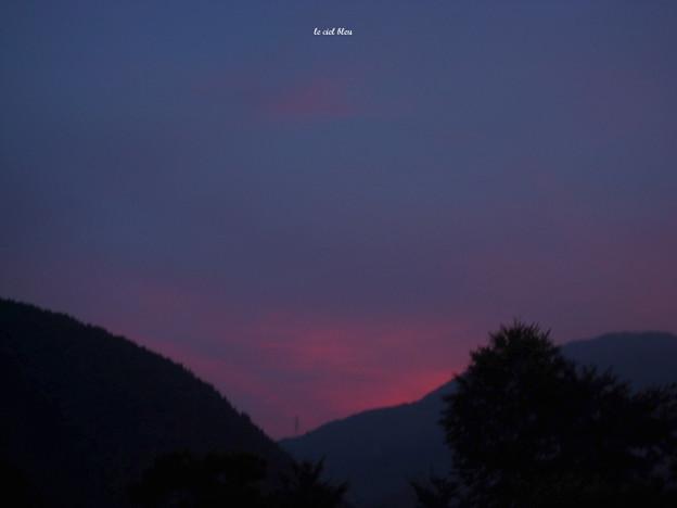 夕暮れの山際