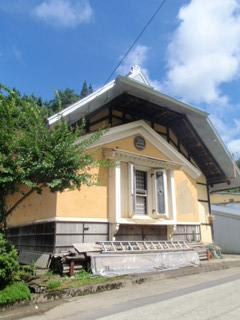 杉山の兜屋根の蔵