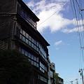 写真: 犀川のほとりに立つ老舗料亭『山錦楼』木造建築が風情がある。数年前...