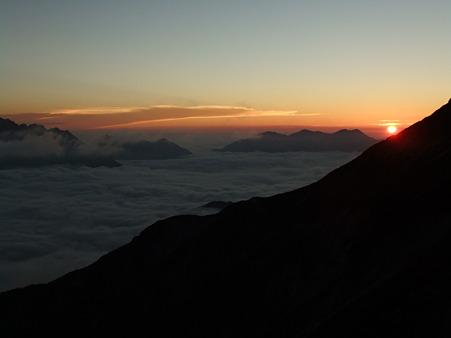 雲海に沈む太陽