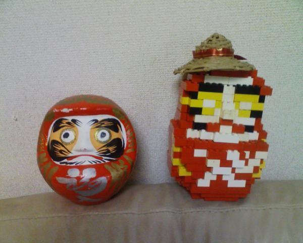 写真: レゴだるま+帽子 by 長女